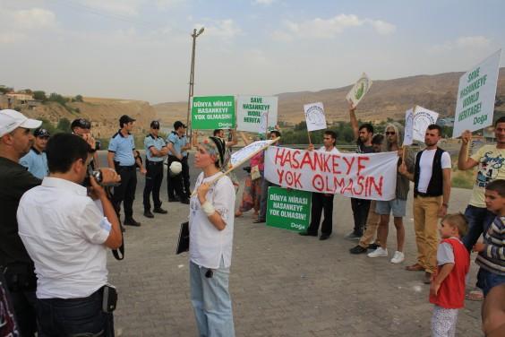 Protestolardan kaçan Bakan Veysel Eroğlu Hasankeyf'e girmedi