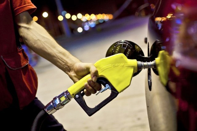 Benzinin litre satış fiyatında 10 kuruşluk indirim yapıldı