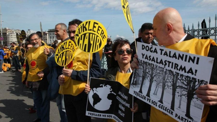 Galata'da nükleere karşı insan zinciri