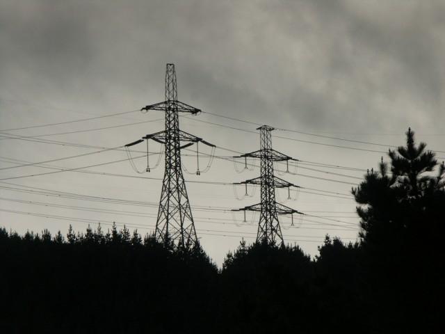 Rüzgar 100 elektrik direğini devirdi