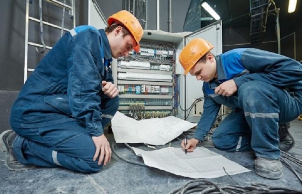 Elektrikte iş güvenliği standart ekipmandan geçer