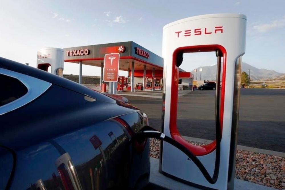 Musk: Tesla'yı borsadan çekmeyi düşünüyorum