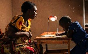 Afrikalı çocuklar solar lambayla ders çalışacak