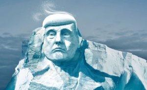 Trump iklim değişikliğini kendi buz heykeliyle görecek