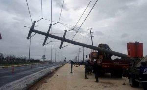 Aşırı yağış Diyarbakır'da elektrik direklerini devirdi