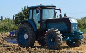 Elektrikli traktörler yılsonunda tarlada